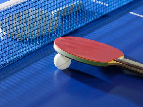 Tischtennisplatte mit Schlägern und Netz